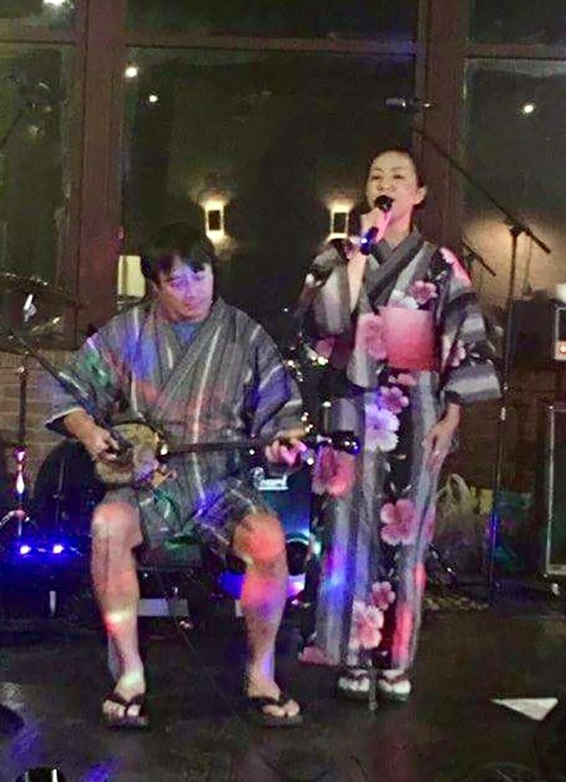 """大盛況!""""ローカル忘年会"""" クリスマスライブ & 無料カラオケ 1"""