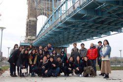 Roebling Suspension Bridgeの下で